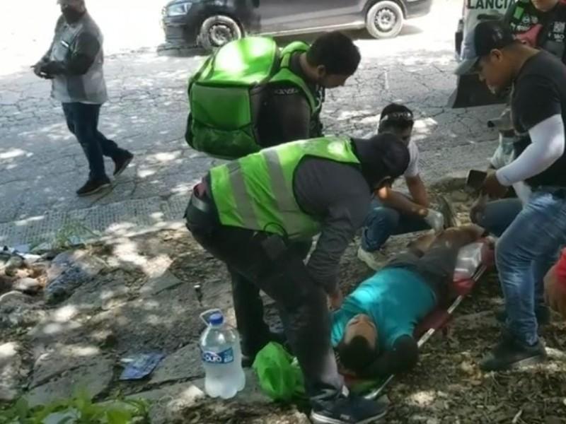 Motocicleta cae en socavón sufriendo fractura que requiere operación