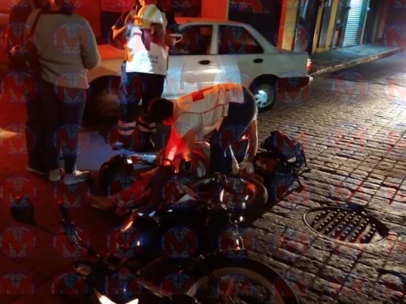 Motocicleta y automovil se impactan en colonia centro