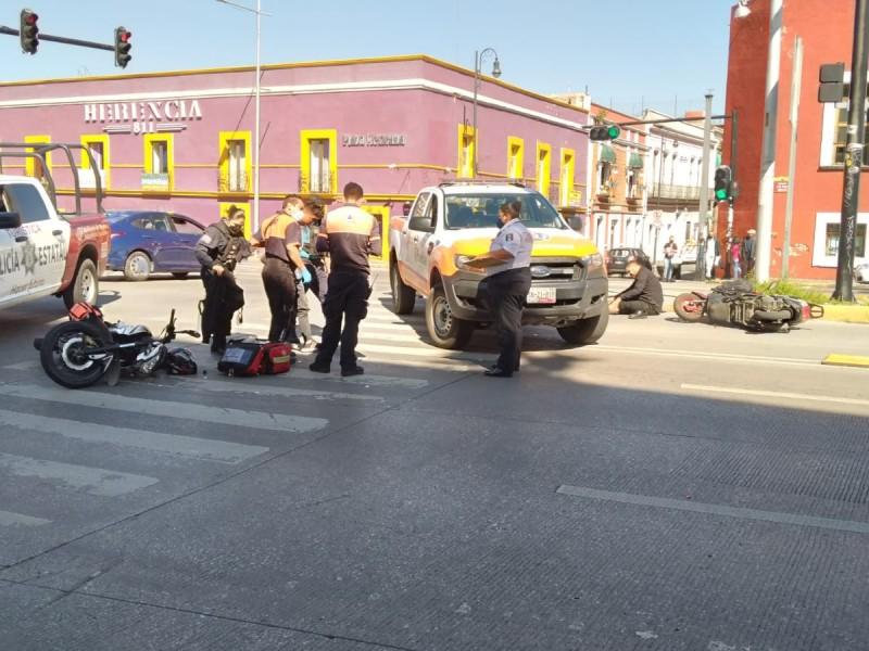 Motociclista se pasa el alto y provoca accidente
