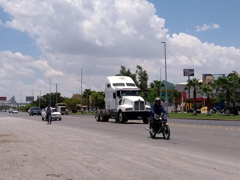 Motociclistas y ciclistas, no respetan señalamiento viales.
