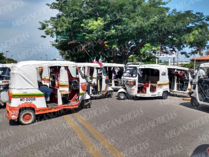Mototaxistas bloquean la carretera en Juchitán