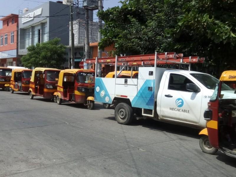 Mototaxistas de Juchitán retienen personal de Megacable