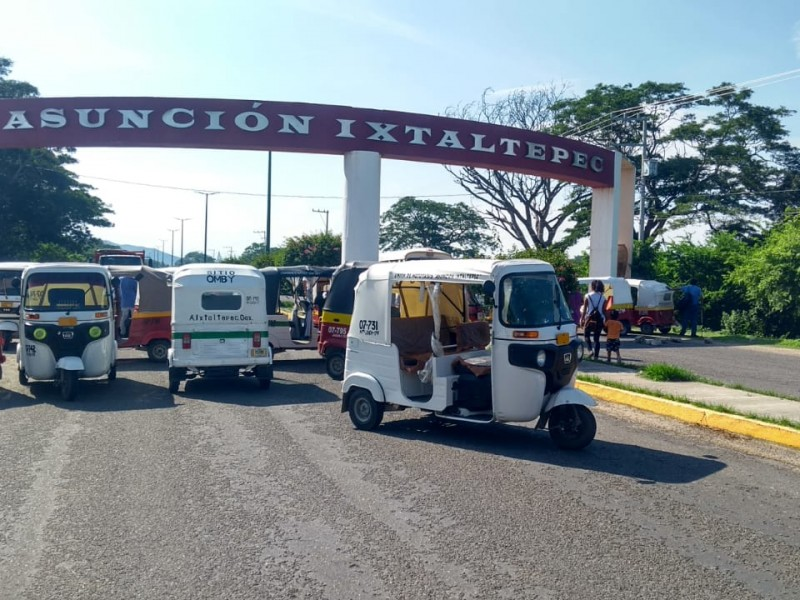 Mototaxistas realizan bloqueo en Asunción Ixtaltepec
