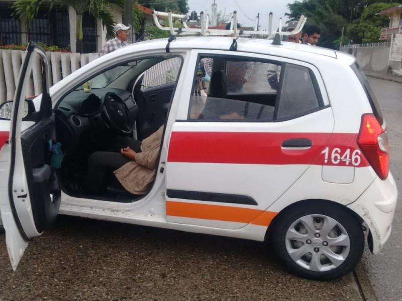 Muere al interior de su vehículo