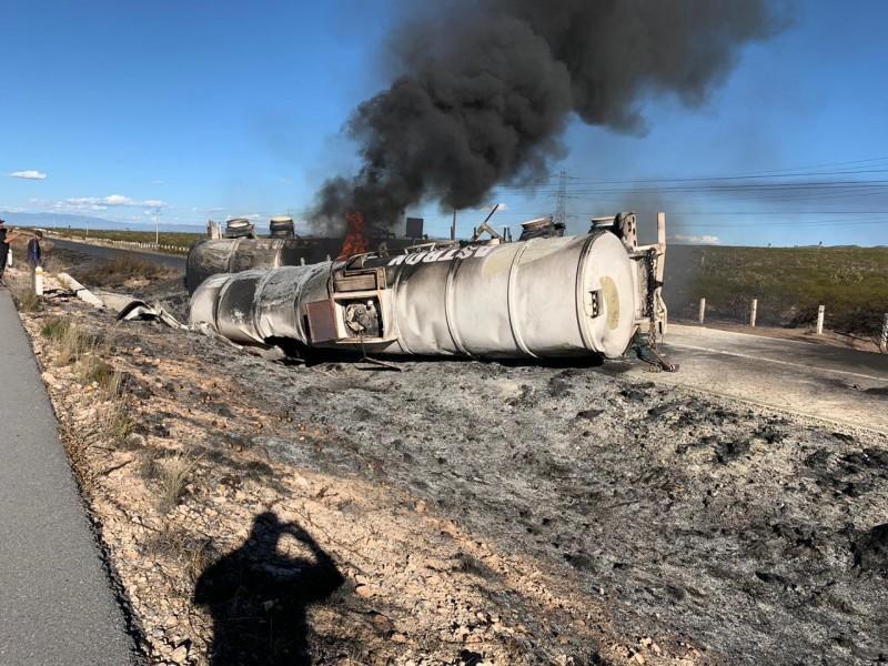 Muere conductor tras explosión de tanques de gasolina