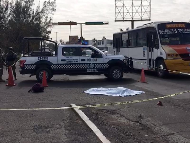 Muere hombre atropellado por pipa, frente a Inspección Naval