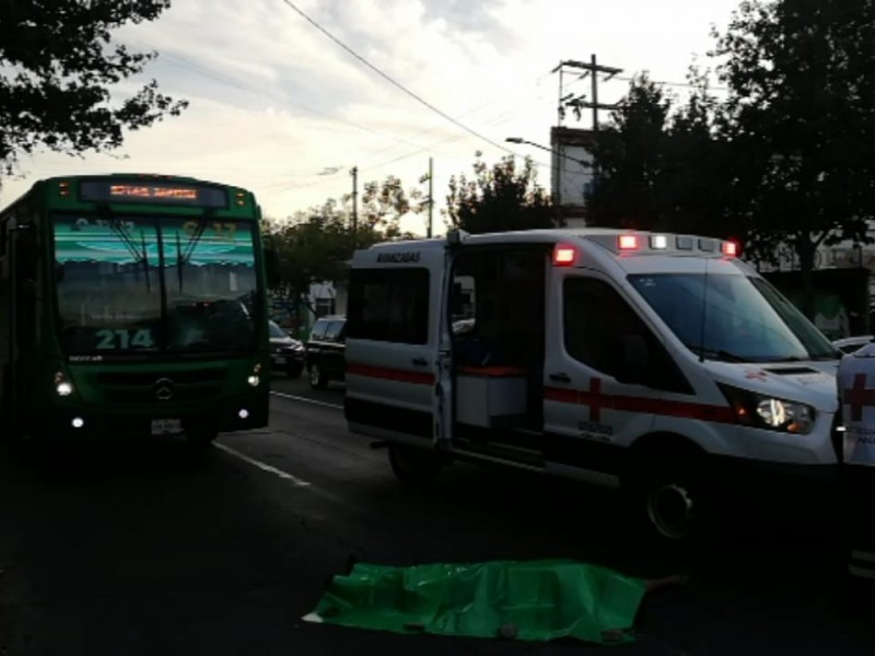 Muere hombre atropellado por transporte urbano