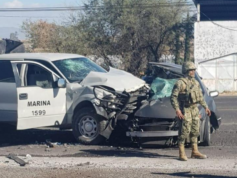 Mueren 2 civiles en accidente carretero con marinos