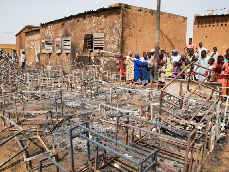 Mueren 20 niños por incendio en escuela de Níger
