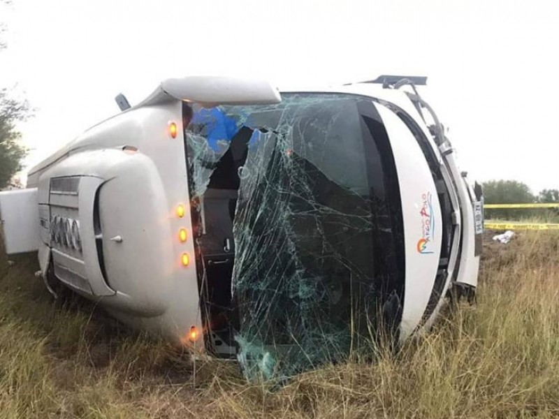 Mueren dos integrantes del FRENAAA tras volcadura de autobús