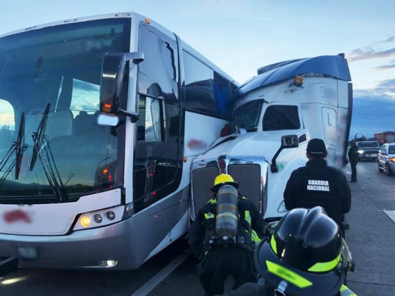Muerto y 4 heridos deja choque entre autobús y tráiler