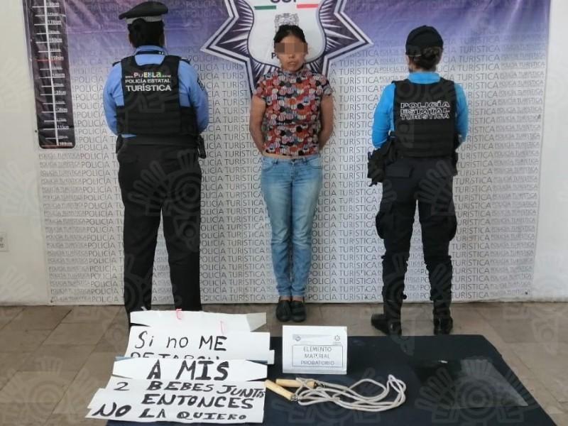 Mujer amarra y abandona a su hija en Puebla