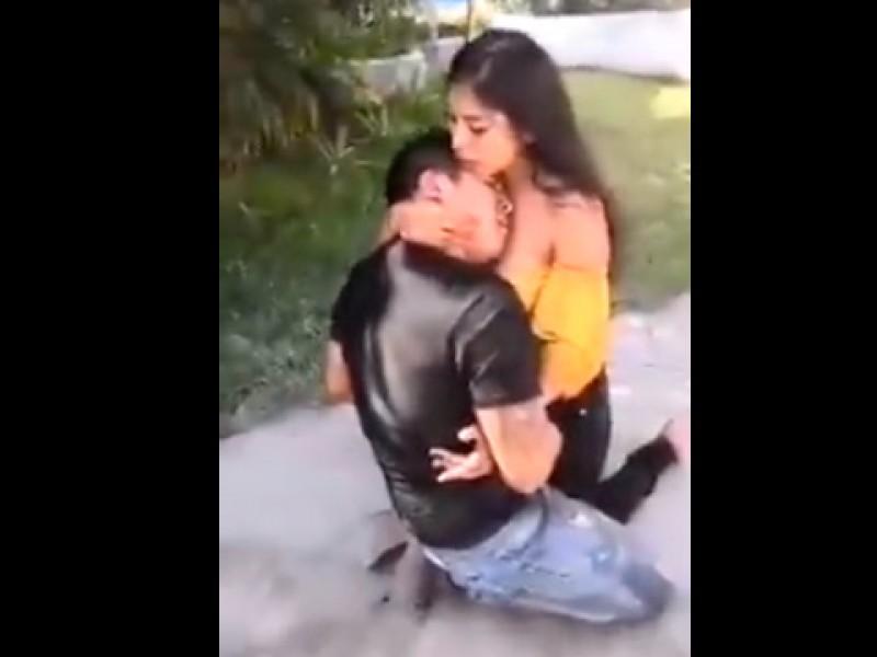 📹Mujer apuñala a su novio; le pide perdón