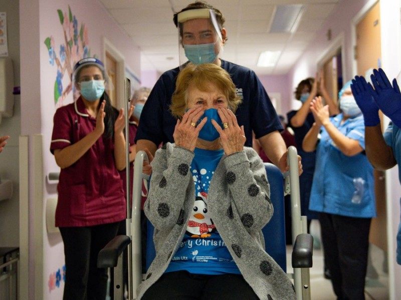 Mujer de 90 años, primera vacunada Covid-19 en Reino Unido