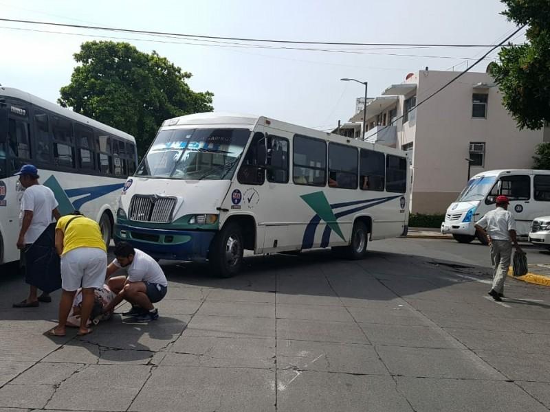 Mujer es atropellada por autobús del transporte público