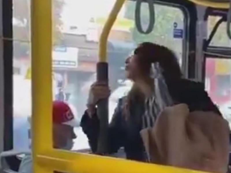 Mujer es lanzada de autobús tras escupirle a un pasajero