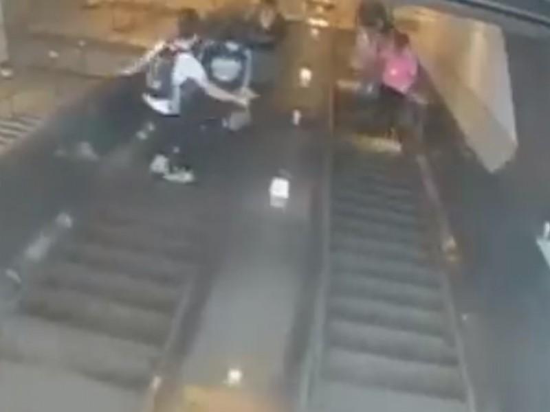 Mujer resulta lesionada al ser empujada por escalera eléctrica, NY