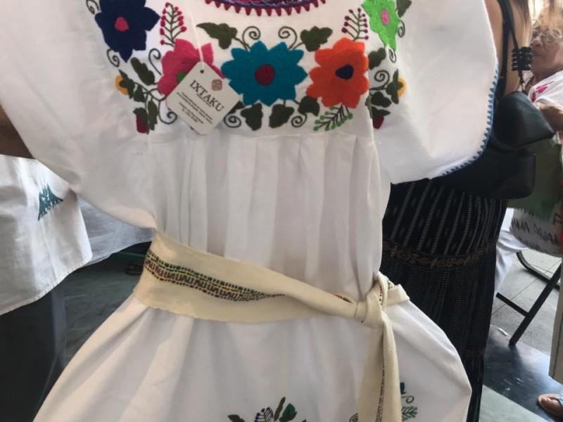 Mujer Totonaca busca preservar el arte de coser