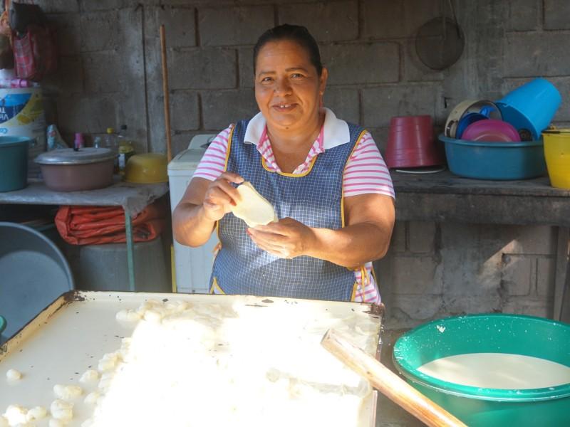 Mujeres de Ixtaltepec preservan la tradición del quesillo