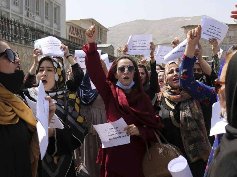 Mujeres exigen a talibanes que respeten sus derechos