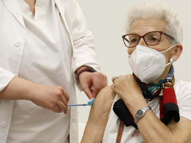 Mujeres más propensas a reacciones vacuna Covid