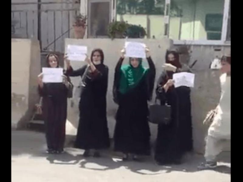 Mujeres protestan en Kabul tras la llegada de los talibanes