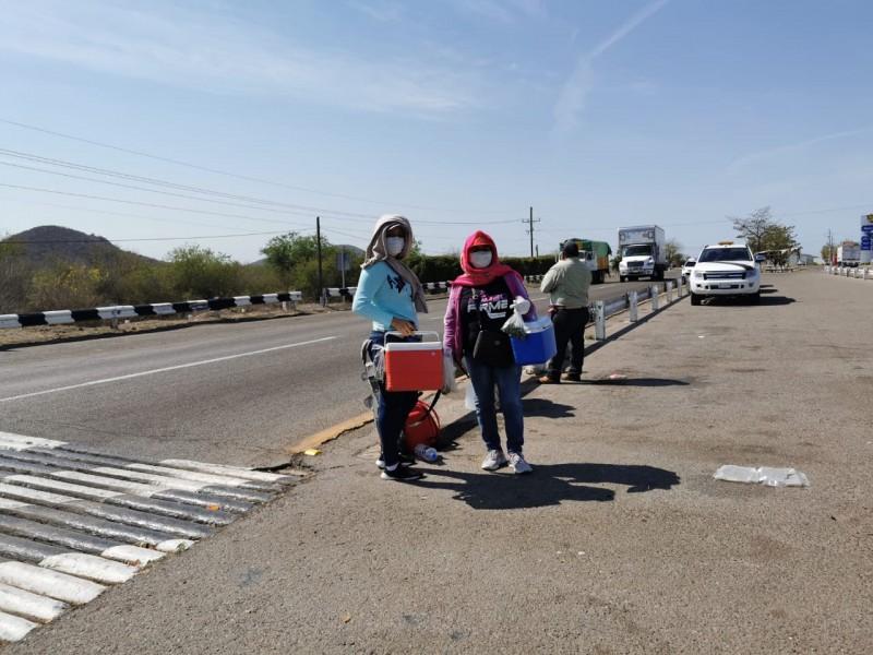 Mujeres salen a la carretera para vender sus ricos burritos