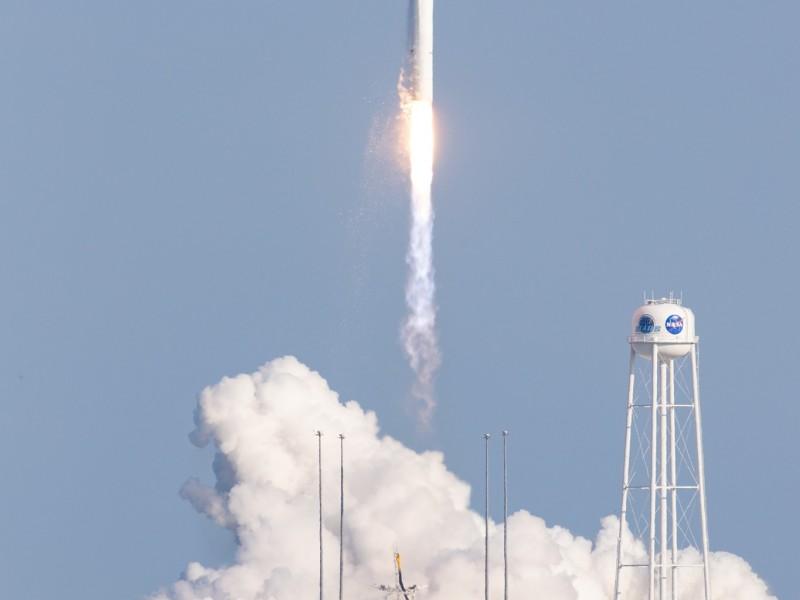 NASA lanza en nave de carga misión de reabastecimiento Cygnus