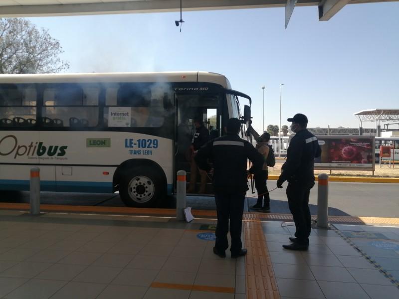 Nebulizan unidades de transporte público para mitigar riesgos