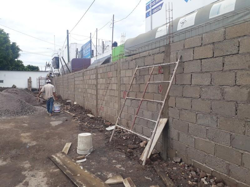 Negocios afectados por construcción de muro en Tránsito