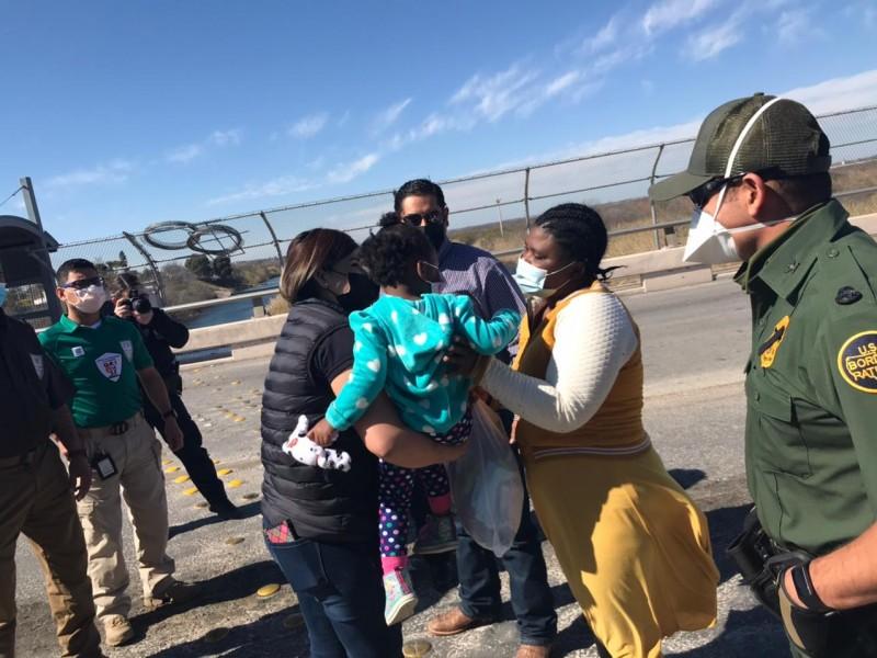 Niña chilena rescatada en Río Bravo es regresada a familiares