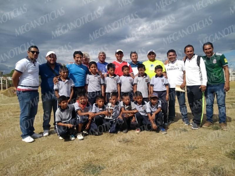 Niños ikoots, campeones del béisbol pelota de esponja
