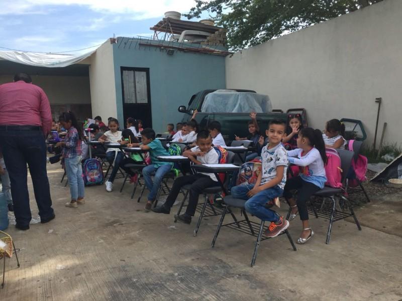 Niños inician sus clases en la calle
