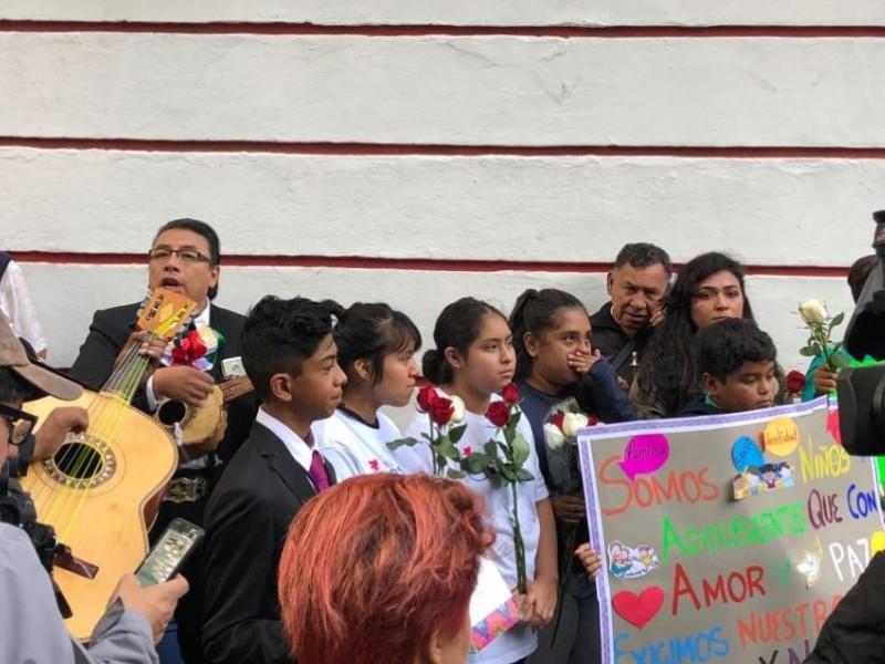 Niños llevan serenata a López Obrador