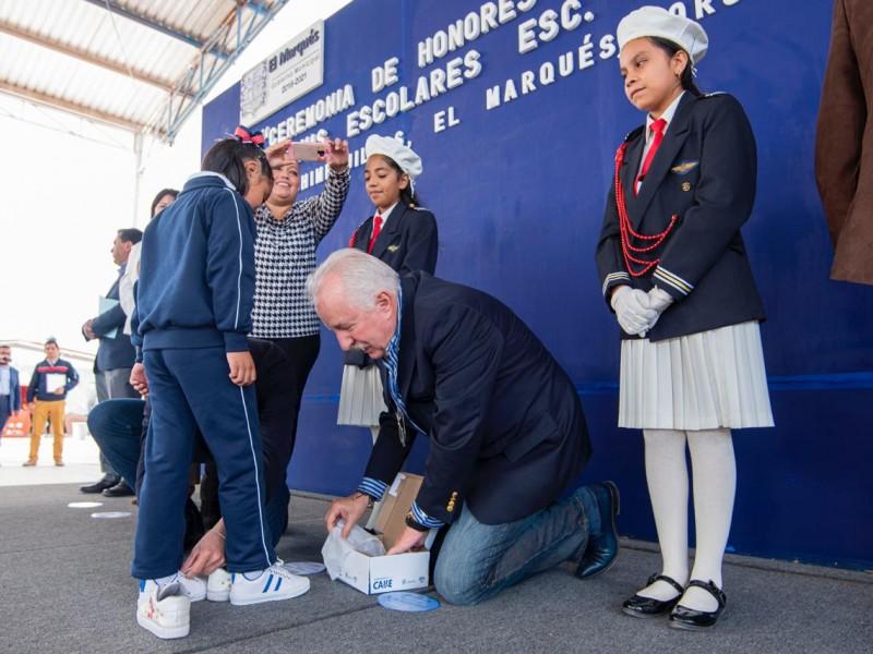 Niños Marquesinos reciben tenis en escuelas