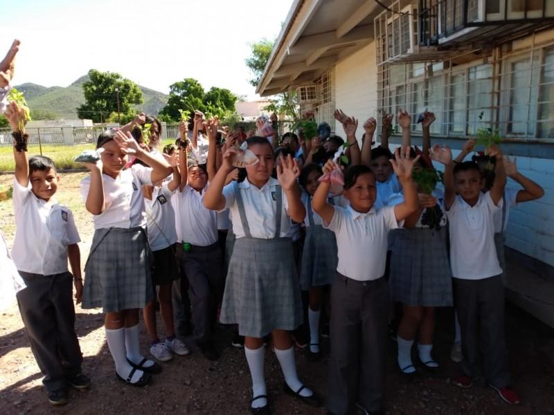 Niños participan en creación de Huertos Escolares