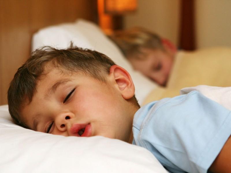 Niños que duermen poco generan mayor estrés