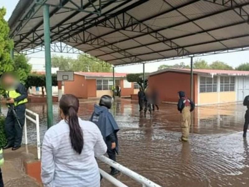 Niños quedan atrapados en una escuela inundada de Morelia