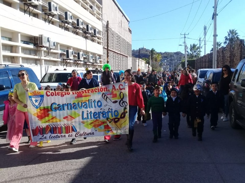 Niños realizan Carnaval Literario