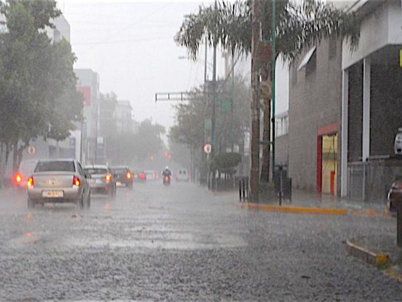 Noche de lluvias y chubascos en 10 estados