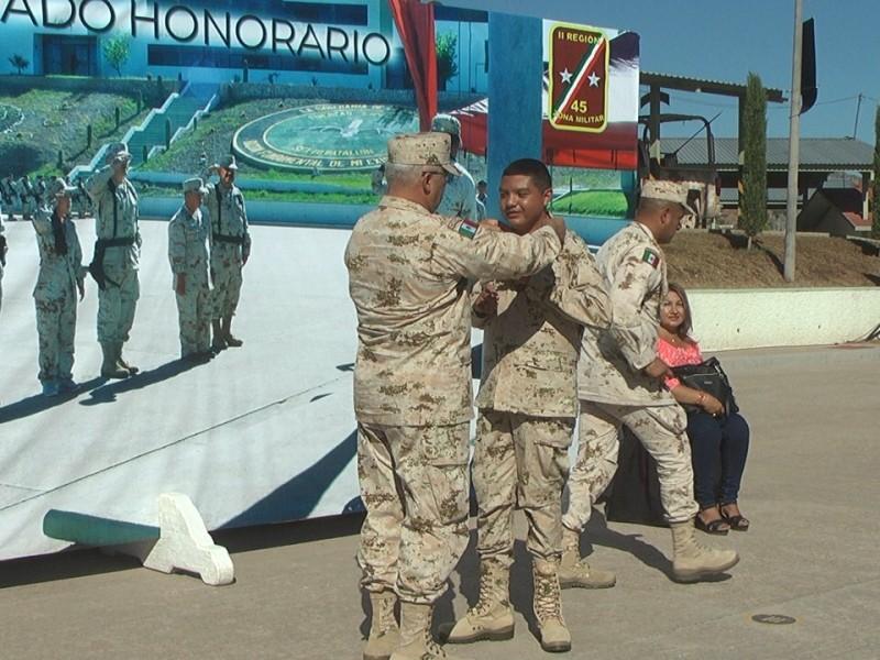 Nombran Militares a joven como Soldado Honorario
