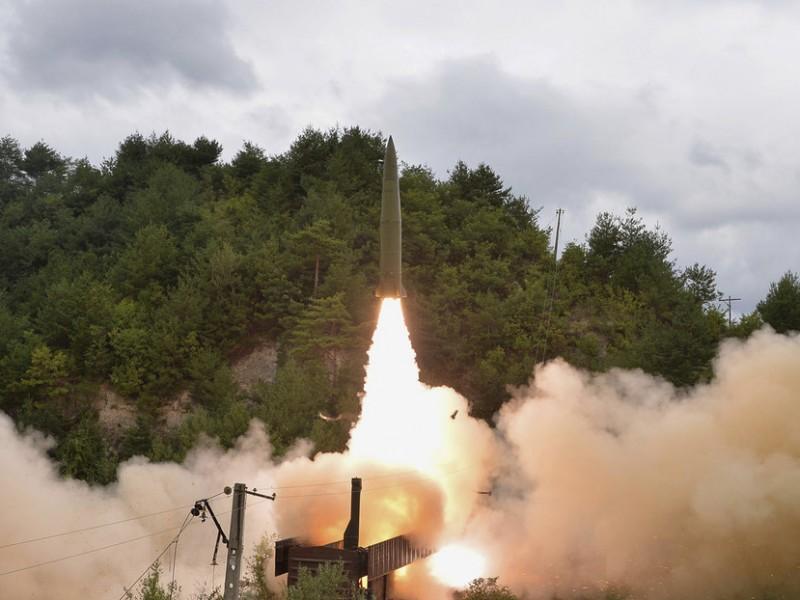 """Norcorea logra lanzamiento de su """"sistema de misiles sobre rieles"""""""