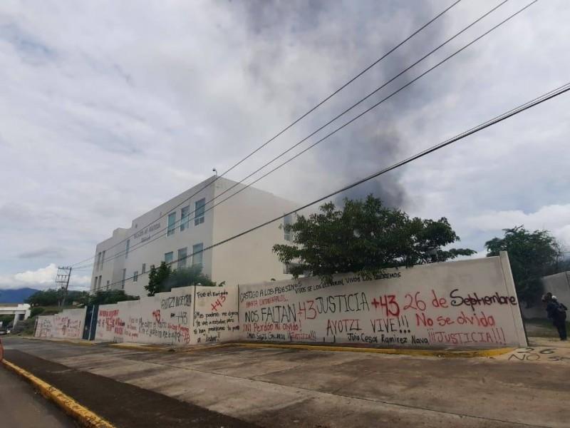 Normalistas atacan Palacio de Justicia en Iguala
