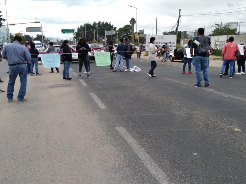Normalistas bloquean aeropuerto de Oaxaca