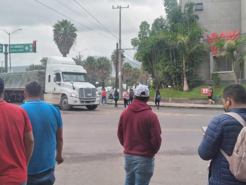 Normalistas bloquean cruce de Libramiento y Siervo de la Nación