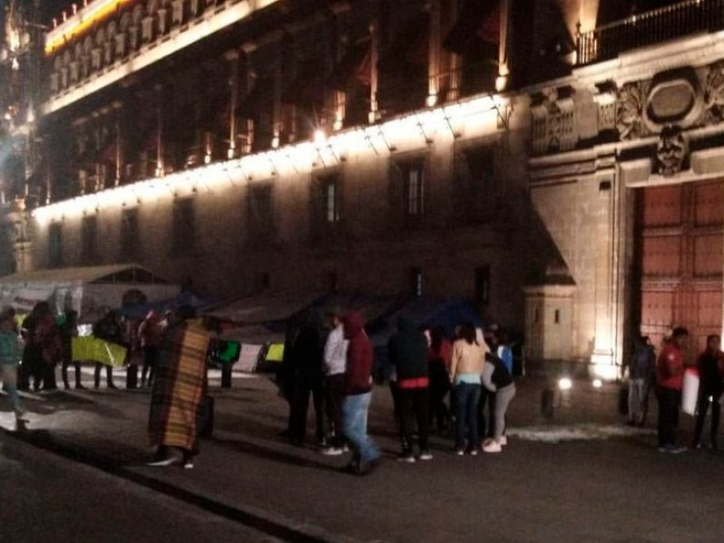 Normalistas chiapanecos se manifiestan en Palacio Nacional