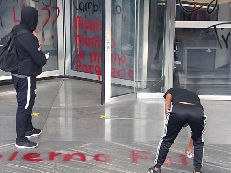 Normalistas de Ayotzinapa y Chiapas vandalizan oficinas de FGR