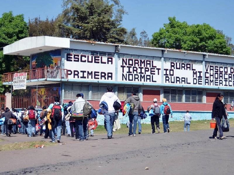 Normalistas de Tiripetio toman carretera y vías
