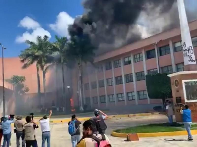 Normalistas incendian Congreso del Estado de Guerrero