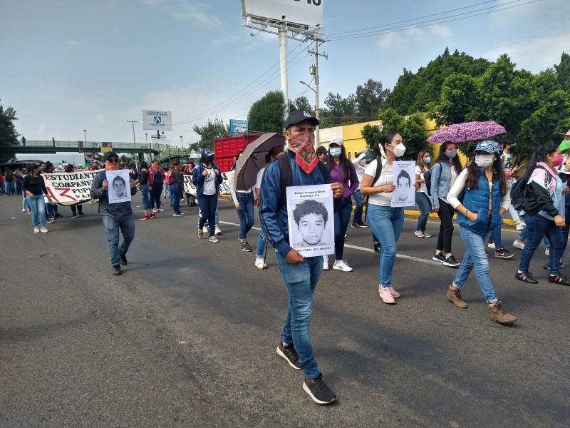 Normalistas marchan en Morelia, reclaman justicia por los 43